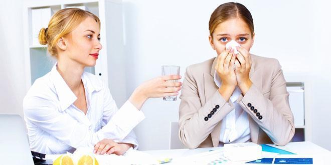 Женщина на приеме у врача с насморком