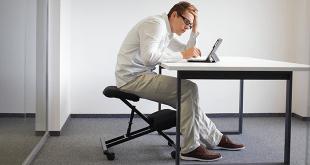 Мужчина сидит в офисе