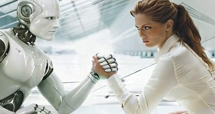 Женщина с роботом сидит за столом