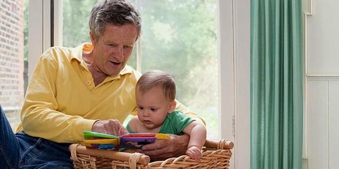 Пожилой отец читает ребенку