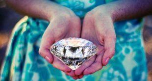 Женщина с камнем