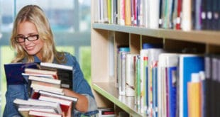 Девушка в библиотеке ВУЗа