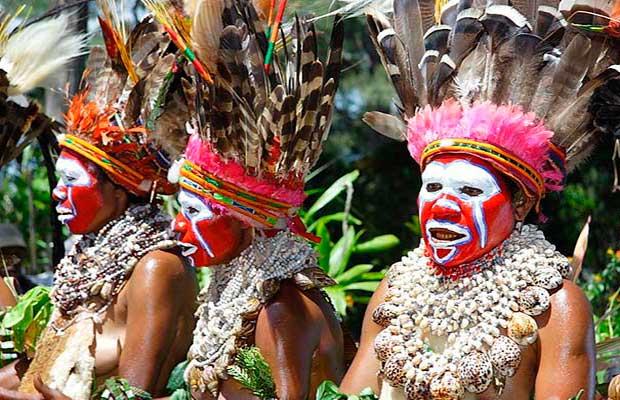 Выдающиеся деятели первобытных племен подчеркивали свой и своих супруг статус цветом перьев, длиной бус и размером колец в носу