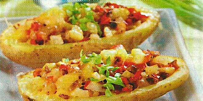 Получившейся начинкой нафаршируйте половинки картофеля, посыпьте тертым сыром и запекайте 25-30 мин