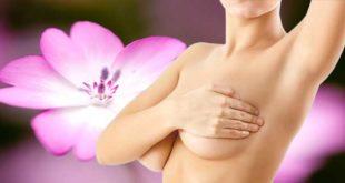 Женщина закрывает грудь рукой
