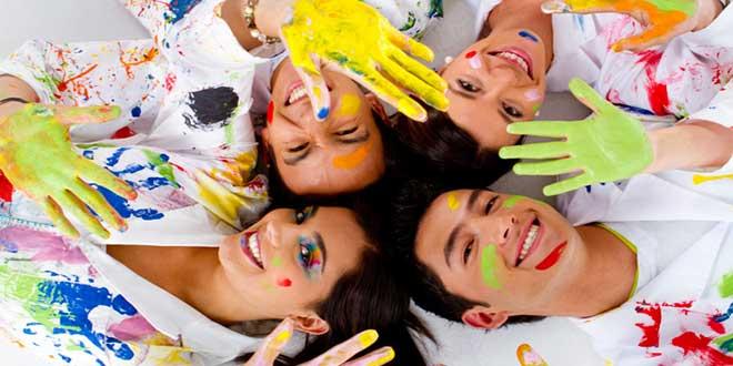 Молодые люди испачкались краской