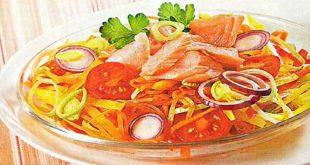 Салат заправьте получившимся соусом, украсьте веточками петрушки и сразу подайте на стол