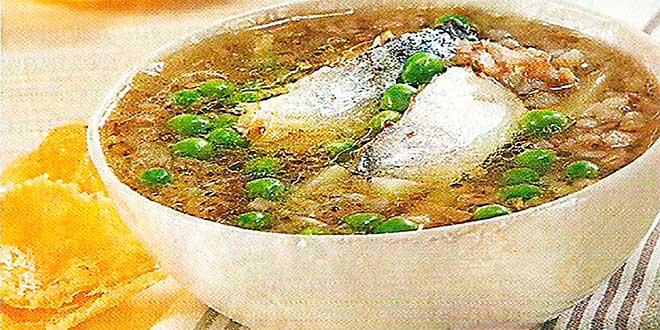 Кусочки рыбы разложите по тарелкам, разлейте суп, в каждую добавьте зелень укропа и подайте на стол