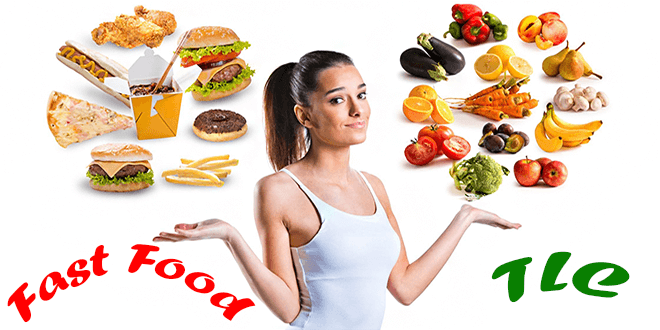 Девушка выбирает продукты