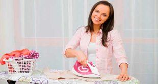 Женщина гладит