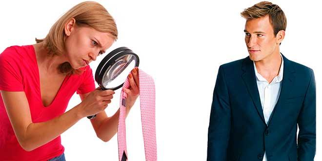 Женщина рассматривает галстук