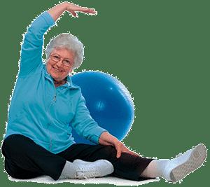 Пожилая женщина сидя делает гимнастику