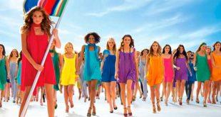Много девушек в разноцветных платьях