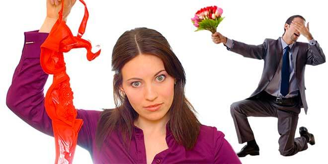 Женщина держит в руке бюстгалтер
