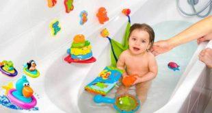 Малышку купают в ванной