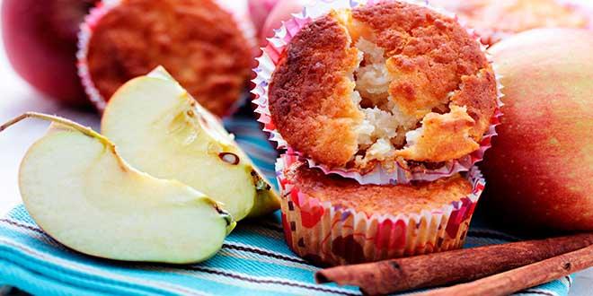 Кексы с яблоками и корицей на столе