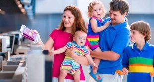 Семья проходит паспортный контроль