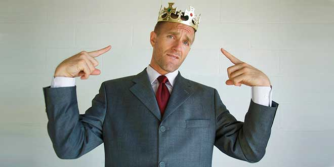 Мужчина с короной на голове