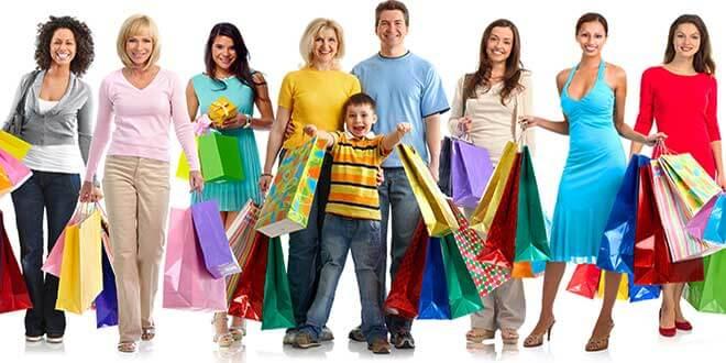 Много людей с пакетами покупками