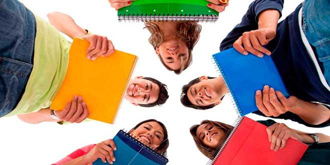 Студенты стоят кругом