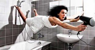 Женщина с феном в ванной