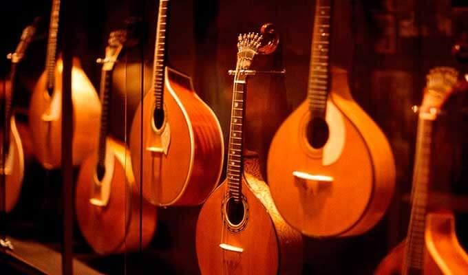 Фаду - национальный инструмент, напоминающий по форме гитару