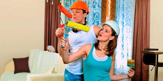 Мужчина и женщина делают ремот