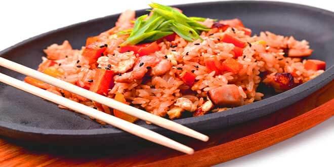 Рыбный плов с помидорами на тарелке