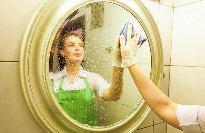 Женщина убирается в ванной