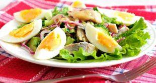 Салат селедочный на тарелке