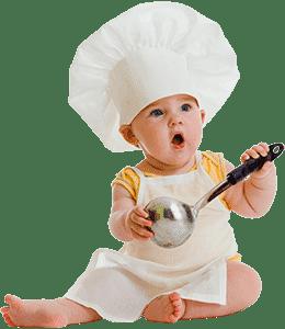 Малыш сидит в поварском колпаке и с поварешкой