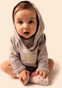 Малыш сидит на полу