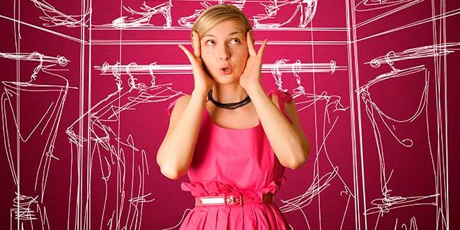 Девушка у нарисованного шкафа