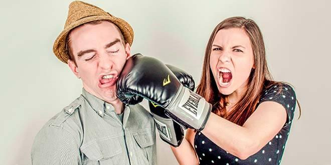 Женщина бьет мужчину по щеке