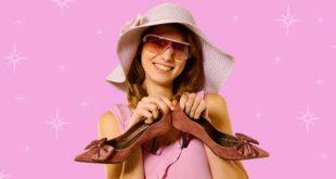 Девушка с туфлями в руках
