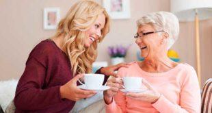 Две женщины пьют чай