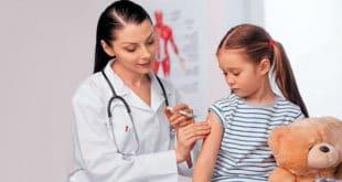 Девочка на прививке