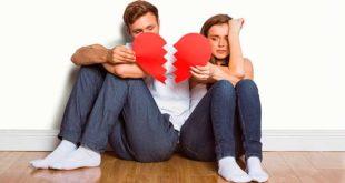 Мужчина и женщина сидят на полу с разбитым сердцем в руках