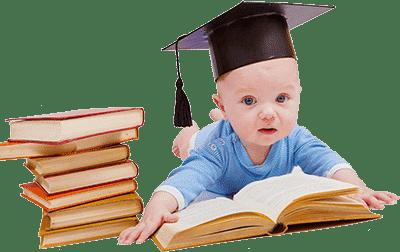 Маленький малыш с книгами в шапке ученого