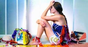 Девушка сидит с шейными платками