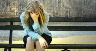 Женщина грустит с опущенной головой