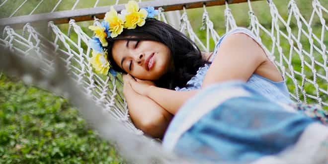 Девушка спит в гамаке на природе