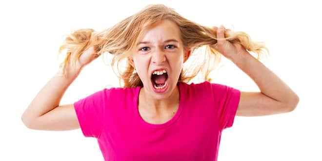 Девушка дерет на себе волосы