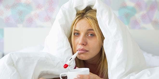 Женщина с градусником во рту