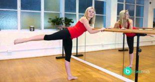 Женщина стоит у балетного станка
