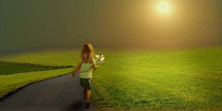 Девочка идет по дороге
