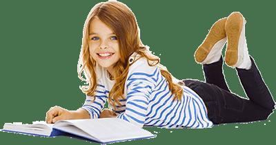 Девочка читает лежа на полу