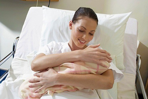 Мать держит младенца на руках