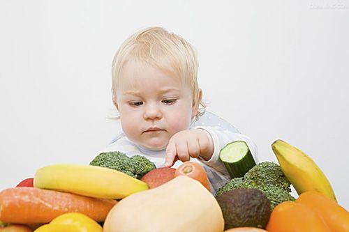 Малыш выбирает продукты