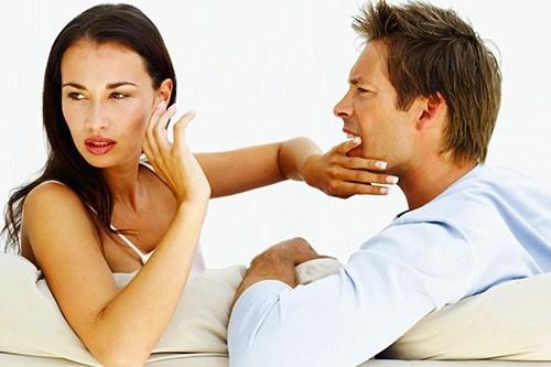 Женщина не хочет слушать мужчину